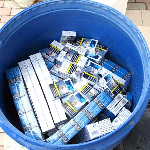 Peste 6.600 pachete cu țigări, ascunse în butoaie din plastic într-un microbuz, descoperite la P.T.F. Calafat