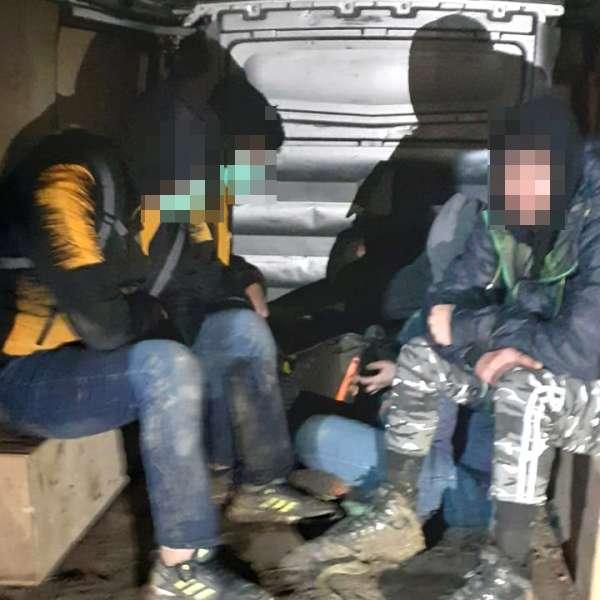 Şase cetăţeni din Afganistan şi Siria depistaţi într-un autoturismîn zona de frontieră
