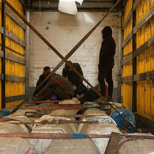 Douăzeci şi doi de cetăţeni străinidepistaţi ascunşi în automarfare la Nădlac II