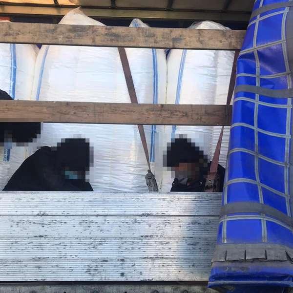 Opt cetăţeni străini depistaţi ascunşi în două automarfare, la P.T.F. Nădlac I și Nadlac II