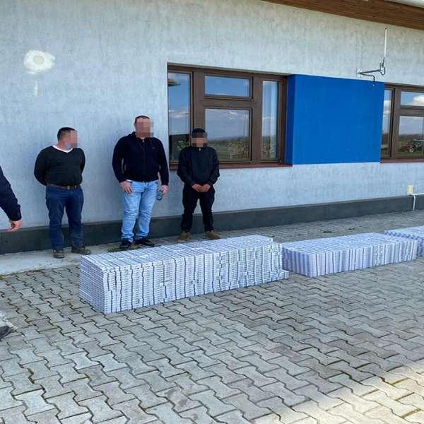 Trei sătmăreni cercetați pentru contrabandă și peste 16.400 pachete cu ţigări confiscate la frontiera cu Ucraina