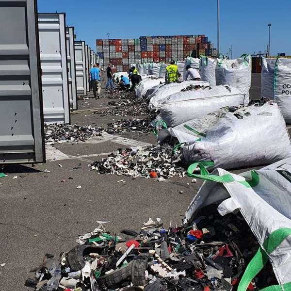 Alte 15 containere încărcate cu deșeuri, oprite în Portul Constanţa