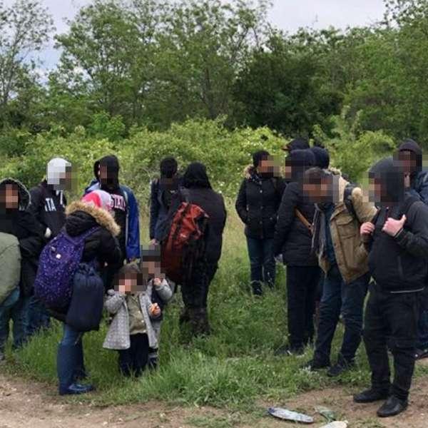 Cincisprezece cetățeni străini care au traversat Dunărea cu o ambarcațiune gonflabila, depistați de polițiștii de frontieră