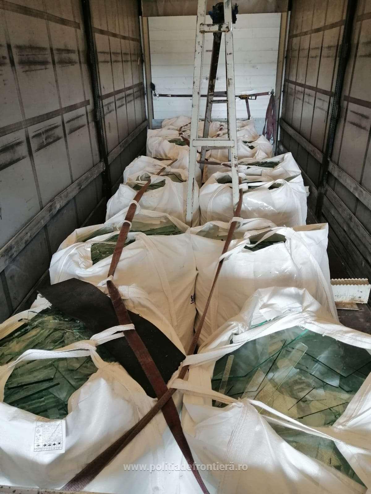 Peste 27 de tone deșeuri încărcate din Turcia și Grecia pentru țara noastră, oprite la P. T. F. Călărași