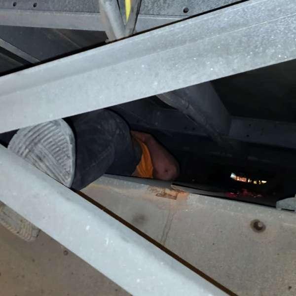 Tânăr afgan, ascuns pe lada de scule a unui autocamion, depistat la P.T.F. Giurgiu