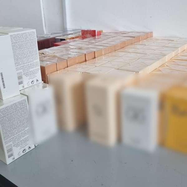 Parfumuri susceptibile a fi contrafăcute, estimate la 352.000 de lei, descoperite la P.T.F. Giurgiu