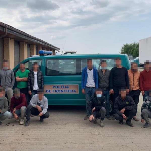 Nouăsprezece migranţi, depistaţi într-un microbuz de poliţiştii de frontieră