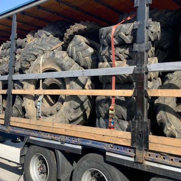 Peste 12 tone de deșeuri îmbrăcăminte și 150 de cauciucuri uzate,oprite la P.T.F Borș I și II
