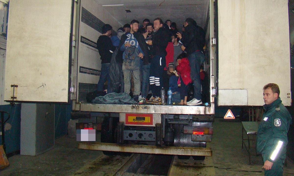 48 irakieni ascunşi într-un camion, descoperiţi la P.T.F. Giurgiu
