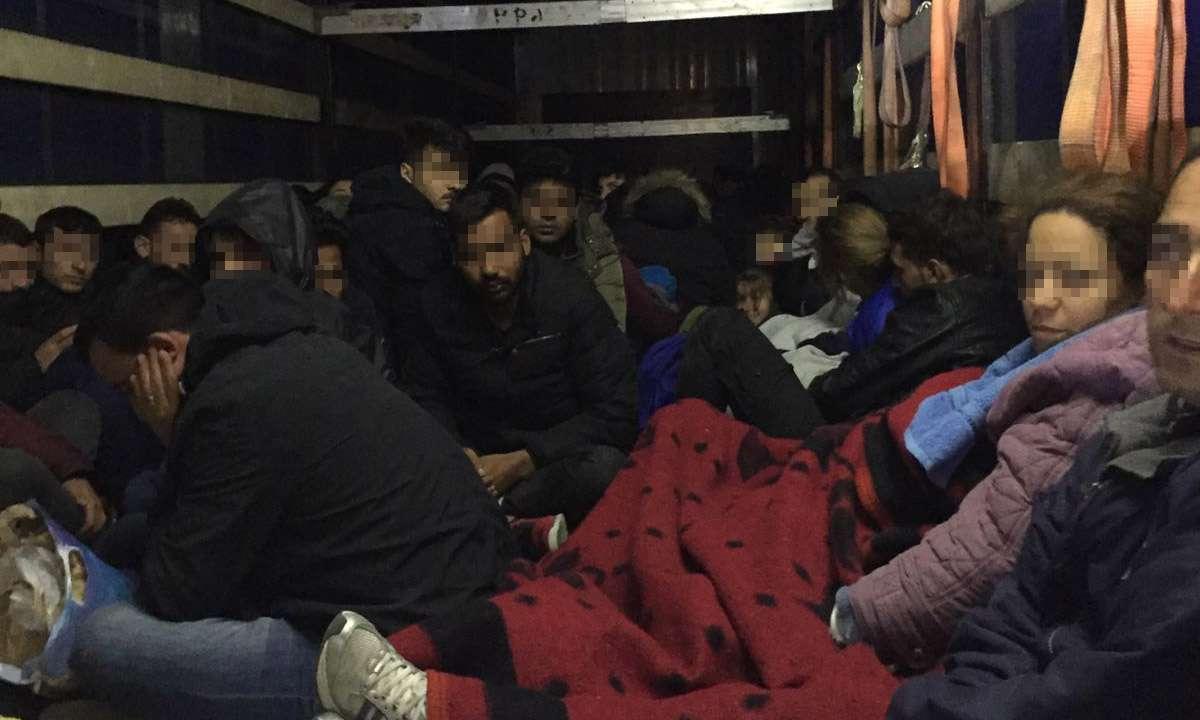 111 persoane intenţionau să iasă ilegal din România, ascunse în interiorul unui automarfar